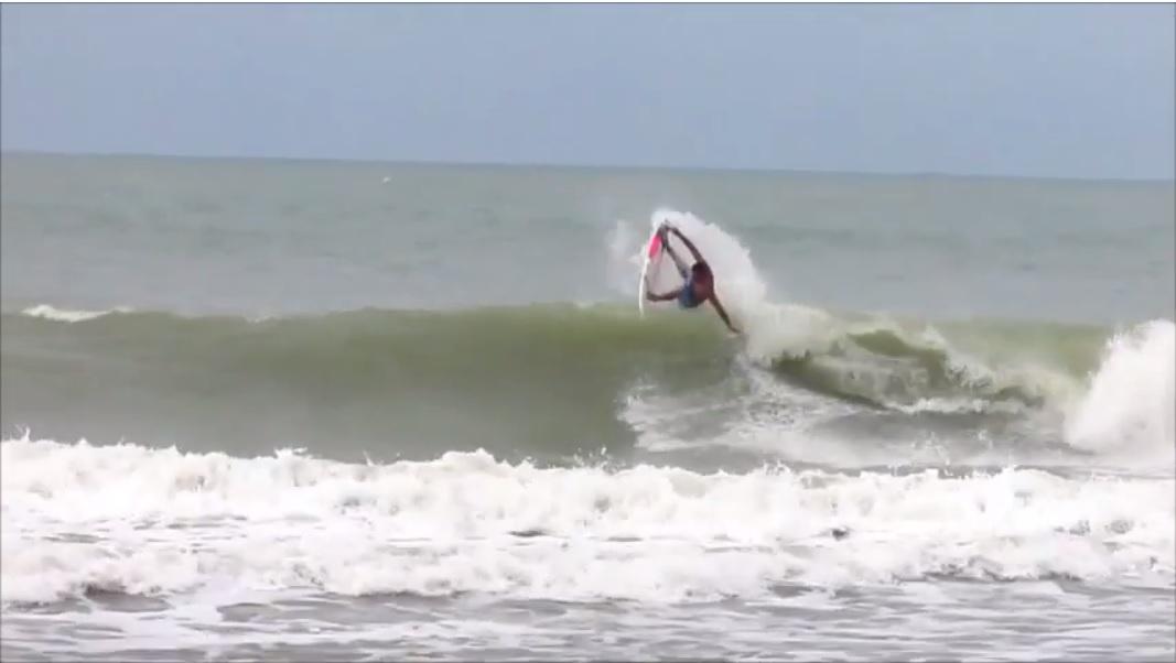 Alan Jhones em dia de boas ondas no Pontal